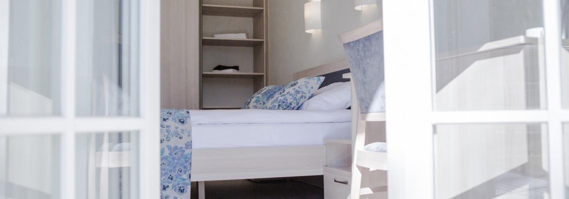 Miniliuksas su dvigule lova